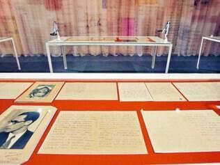 Percurso. Dividida em cinco salas, a exposição tem no início uma foto em que Drummond aparece, no canto esquerdo, com a família. Ao lado, cartas originais do autor trazem relatos feitos por ele entre 1915 e 1986.
