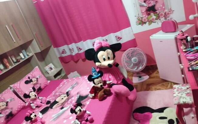 No quarto, além da roupa de cama temática, o cômodo conta com tapete, cortina e outros itens decorativos