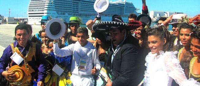 Três mil mexicanos chegam de navio a Fortaleza para jogo contra o Brasil