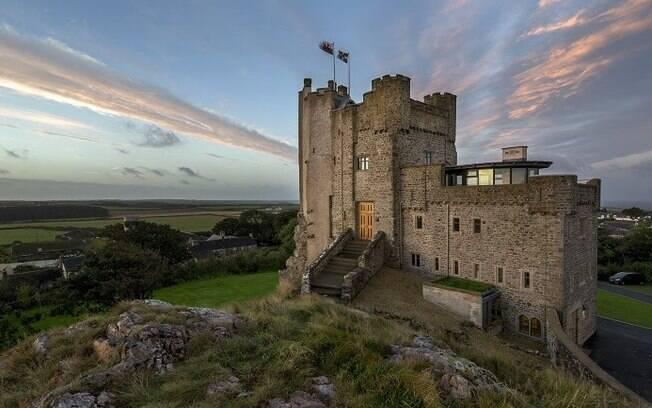 Roch Castle, no Reino Unido, é uma construção do  século XII que fica no topo de uma colina de pedras