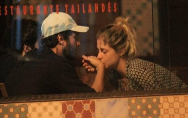 A loira também beijou a mão do ator