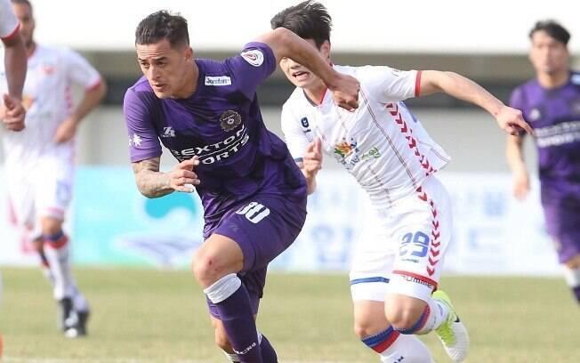 Atacante brasileiro em campo pelo Campeonato Coreano