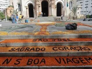 CIdades - Belo Horizonte - MG Corpus christi faz fieis fazerem tapetes na frente de Igrejas no centro de BH. Na foto Igreja Soa Jose FOTO: Uarlen Valerio/ O Tempo - 19.06.2014