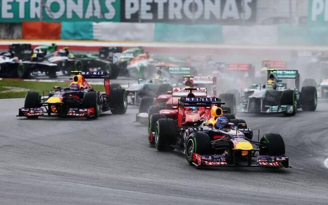 Sebastian Vettel mantém a liderança após  largada em pista molhada na Malásia
