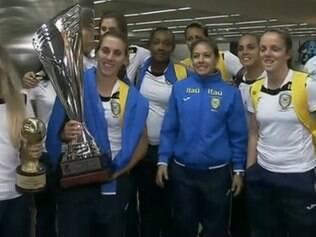 Equipe de futsal feminino sabia da responsabilidade e fez bonito: voltou com o troféu em mãos