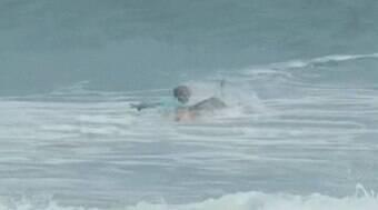 Surfista é atacado por tubarão, mas escapa com ferimentos leves