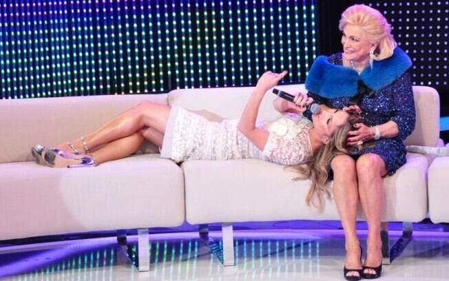 Claudia Leitte sentiu-se totalmente à vontade no famoso sofá de Hebe Camargo