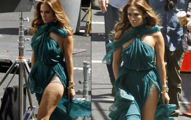 Jennifer Lopez foi traída pelo vento durante as gravações videoclipe da música 'Papi'. O vestido da cantora levantou e revelou a grande lingerie usada por ela