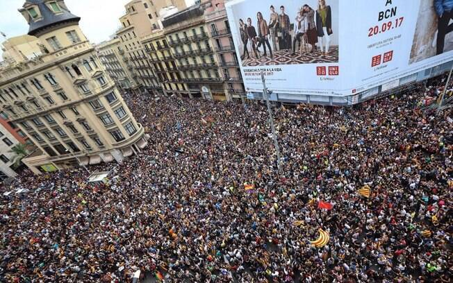 Barcelona vive dia de protestos contra ação policial dias depois de realização de referendo