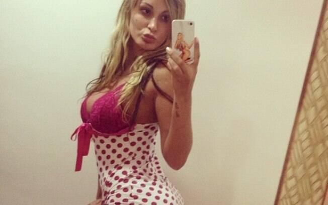 Andressa Urach, vice Miss Bumbum, comemora o Natal toda sexy