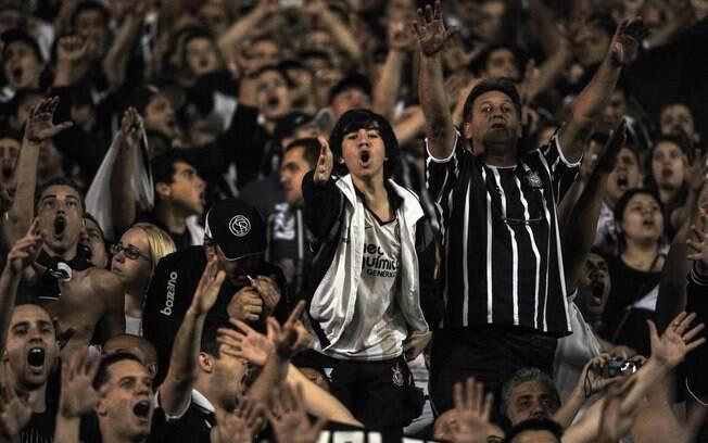 Garoto corintiano grita e apoia o time na  final da Libertadores