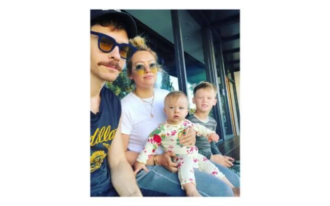Hilary Duff com o noivo, Matthew Koma, e os filhos Luca e Banks