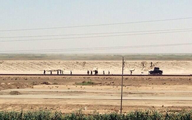Forças de segurança iraquianas se retiram de Ramadi, a 115 quilômetros a oeste de Bagdá, neste domingo (17)