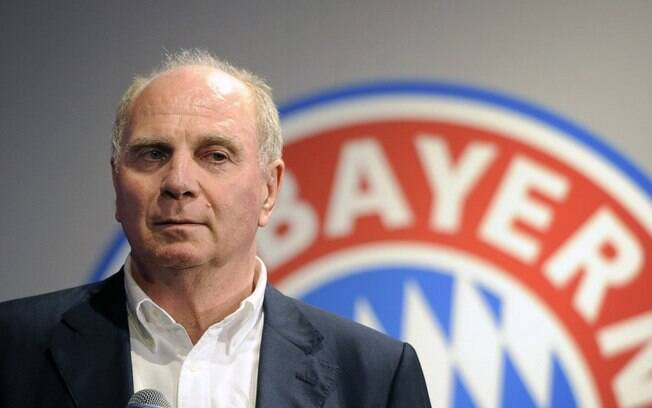 Uli Hoeness, presidente do Bayern de Munique, disse que PSG deveria demitir diretor esportivo