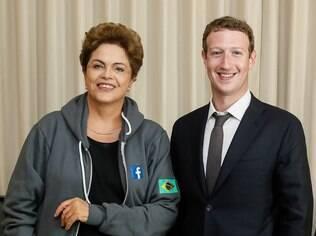 No encontro com Zuckerberg na Cidade do Panamá, Dilma vestiu um agasalho do Facebook e posou para fotos (10/04/2015)