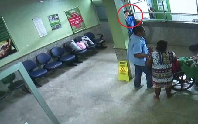 Em vídeo, médico aparece filmando enquanto mulher tem parto em cadeira de rodas