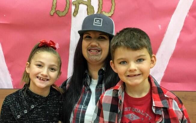 Mãe solo Michelle Srenco não queria que seus filhos, Ciarah e Jordan, perdessem dia especial que escola promoveu