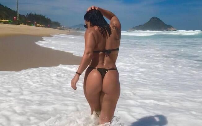 De costas, Viviane Araújo faz a sereia sensual e exibe curvas em foto de fio dental no Instagram e garante milhares de curtidas e inúmeros comentários positivos