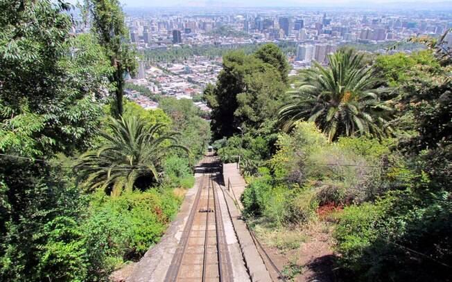 O que fazer em Santiago: ao subir o morro Cerro San Cristóbal é  possível admirar uma ampla vista da cidade