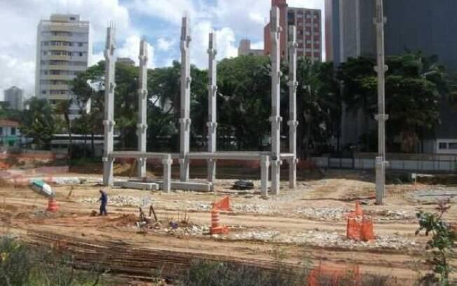 Em fevereiro, vários pilares já estavam  erguidos