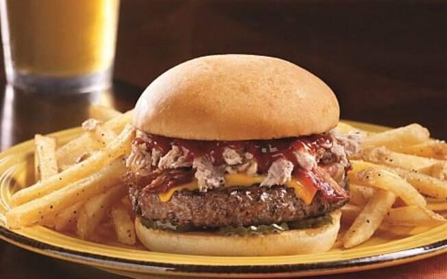 Hambúrgueres na grelha são exemplo de gordura saturada