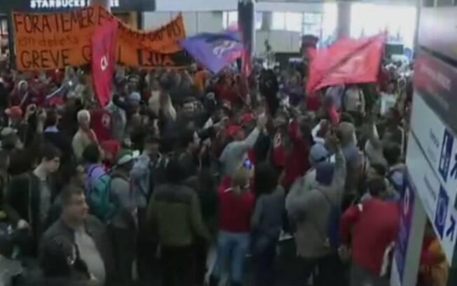 Dentro do Aeroporto de Congonhas, manifestantes fizeram um ato pela greve geral no sanguão de embarque