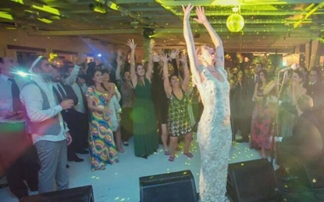 Luana Piovani, que celebrou sua união com Pedro Scooby, divulgou algumas imagens da festa no site da 'Dança dos Famosos'