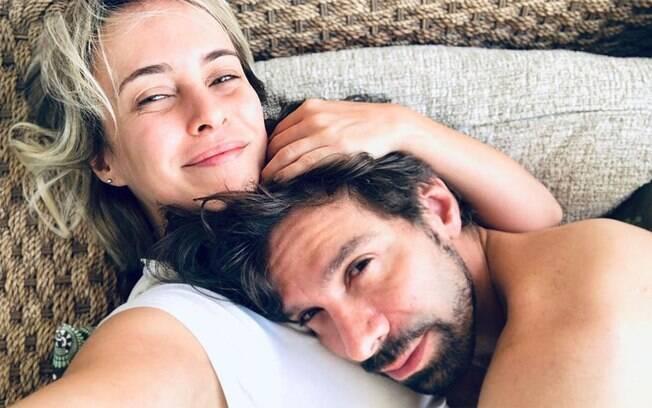 Fernanda Nobre abraçada no marido