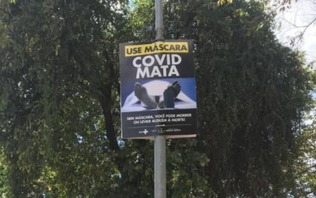 Cartazes com imagens chocantes sobre o poder destrutivo da Covid-19 foram espalhados pela cidade