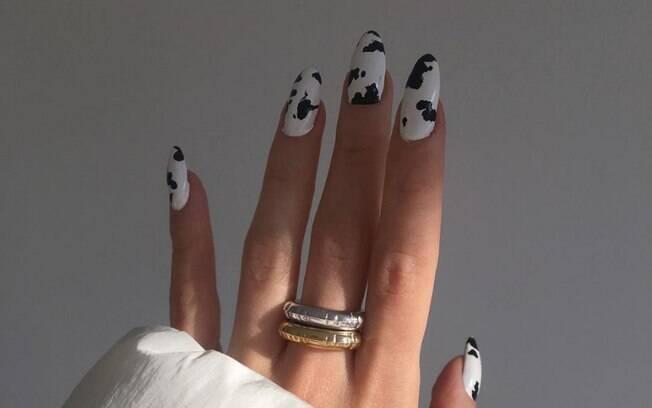 Animal print é a tendência de estampa do momento e pode ser uma ideia para unhas amendoadas