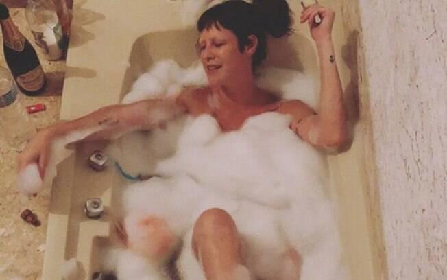 Luana Piovani posa em banheira