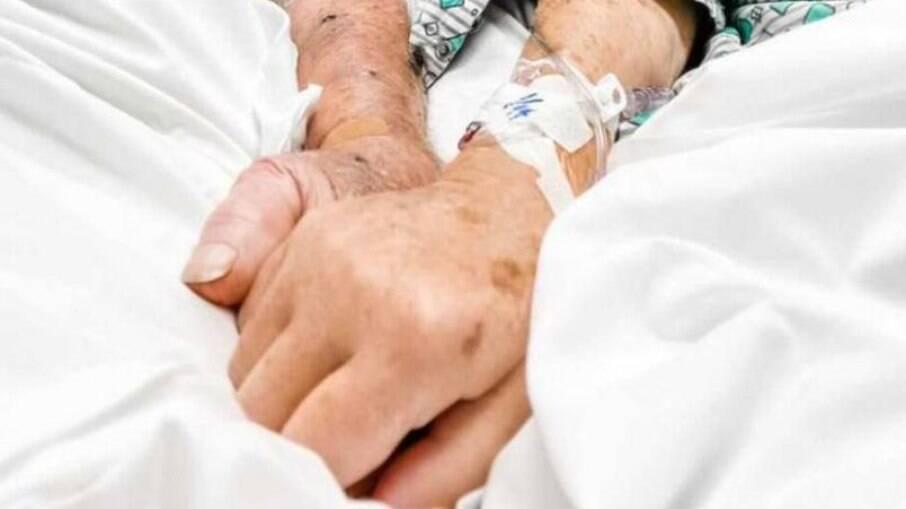 Dick e Shirley Meek de mãos dadas