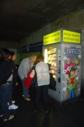 208946c07c1 Máquina de livros operada pela 24x7 no Metrô de São Paulo  consumidor paga  o que