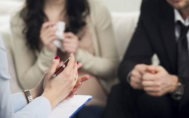 Terapeuta assume papel de mediador e pode ajudar o casal a ouvir um ao outro