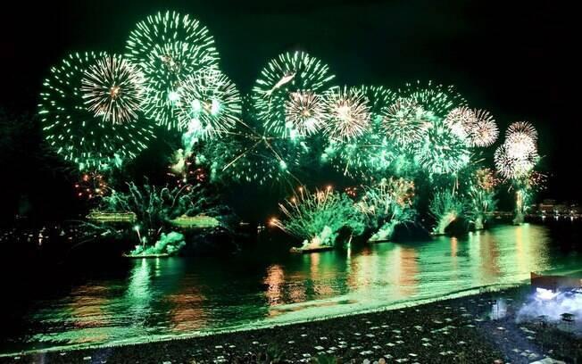 Tradicional queima de fogos na Praia de Copacabana celebra a chegada do ano-novo