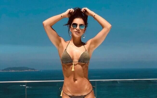 Mariana Rios encanta seguidores com foto de biquíni na beira da piscina em hotel no Rio de Janeiro
