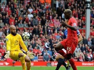 Tim Howard, goleiro do Everton, tentou impedir gol de Balo, mas não conseguiu