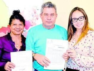 Vitória.  Diretoria da creche, gerente da vigilância sanitário e Isabela Filaretti comemoram com laudo