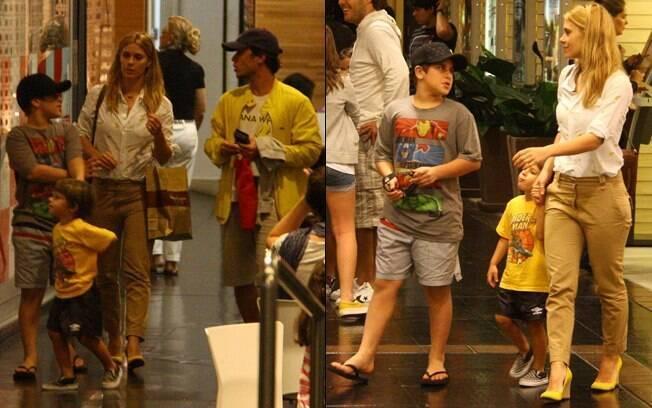 Carolina Dieckmann com o marido e os filhos no shopping