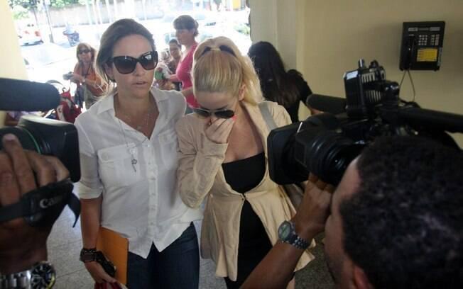 Acompanhada de sua assessora, Danielle Winits chega à delegacia para depor