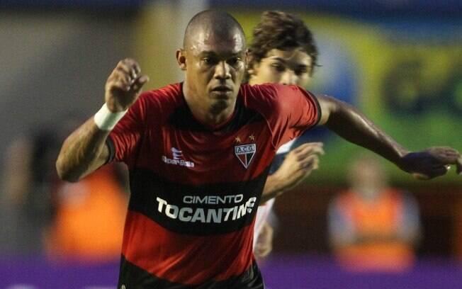 Agenor em ação pelo Atlético-GO