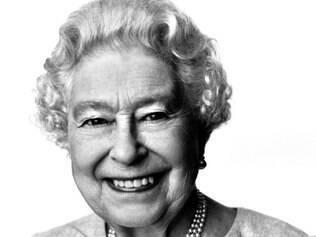 Sorridente, a rainha Elizabeth II comemora seus 88 anos