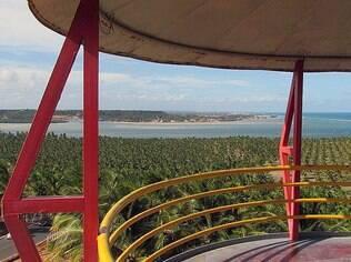 Com R$ 1 o turista consegue subir no mirante e aproveitar a bonita paisagem da Praia do Gunga