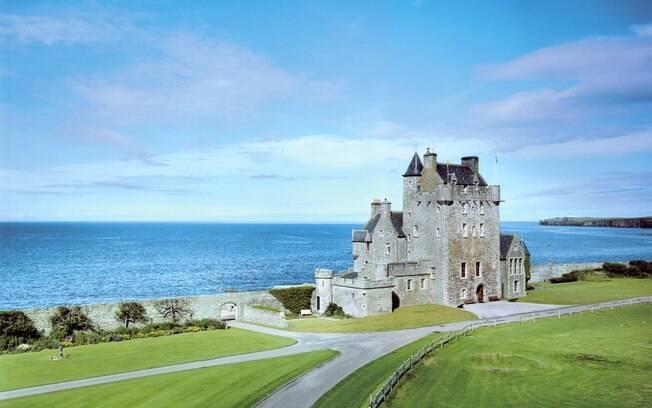 Rachar um apartamento ou até alugar um castelo inteiro, como esse na Escócia, são opções no Wimdu