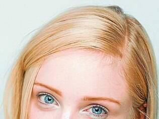 Brilho sutil no olhar e um batom amarronzado fazem parte da beleza de Gloria Coelho