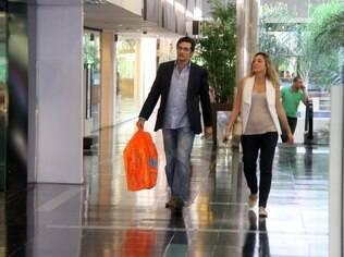 Luciano Szafir passeia com Luhanna em um shopping no Rio, em junho