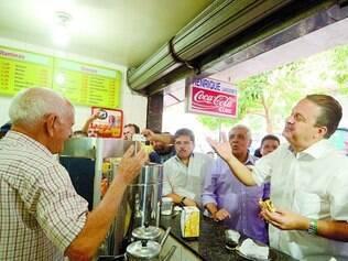 Parada obrigatória. Eduardo Campos tomou café em uma lanchonete de Campina Grande com correligionários e movimentou o local