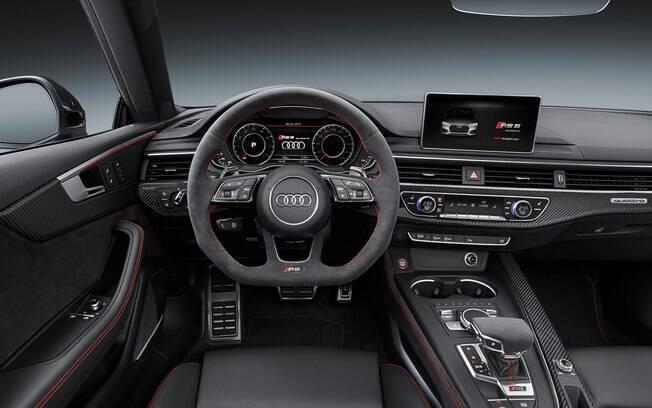 Audi RS5 vem com volante de base achatada, revestido de Alcantara e sofisticação de sobra no interior