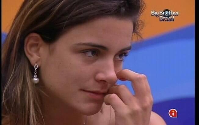 Laisa chora no Quarto Praia enquanto conversa com Fabiana