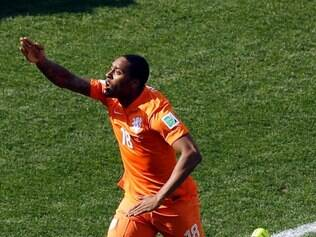 Netherlands' Leroy Fer (18) celebrates after scoring during the group B World Cup soccer match between the Netherlands and Chile at the Itaquerao Stadium in Sao Paulo, Brazil, Monday, June 23, 2014. (AP Photo/Thanassis Stavrakis)